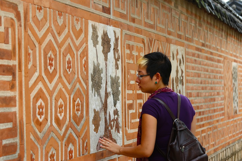 Sister admiring a wall at Gyungbuk palace